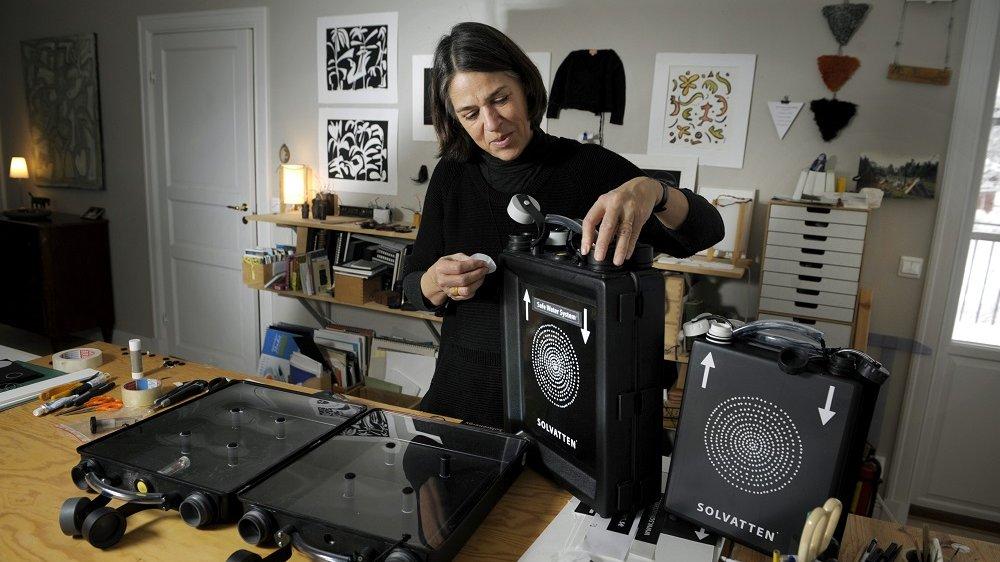 Petra Wadström med sin uppfinning Solvatten som kan rena vatten enbart med solljus.