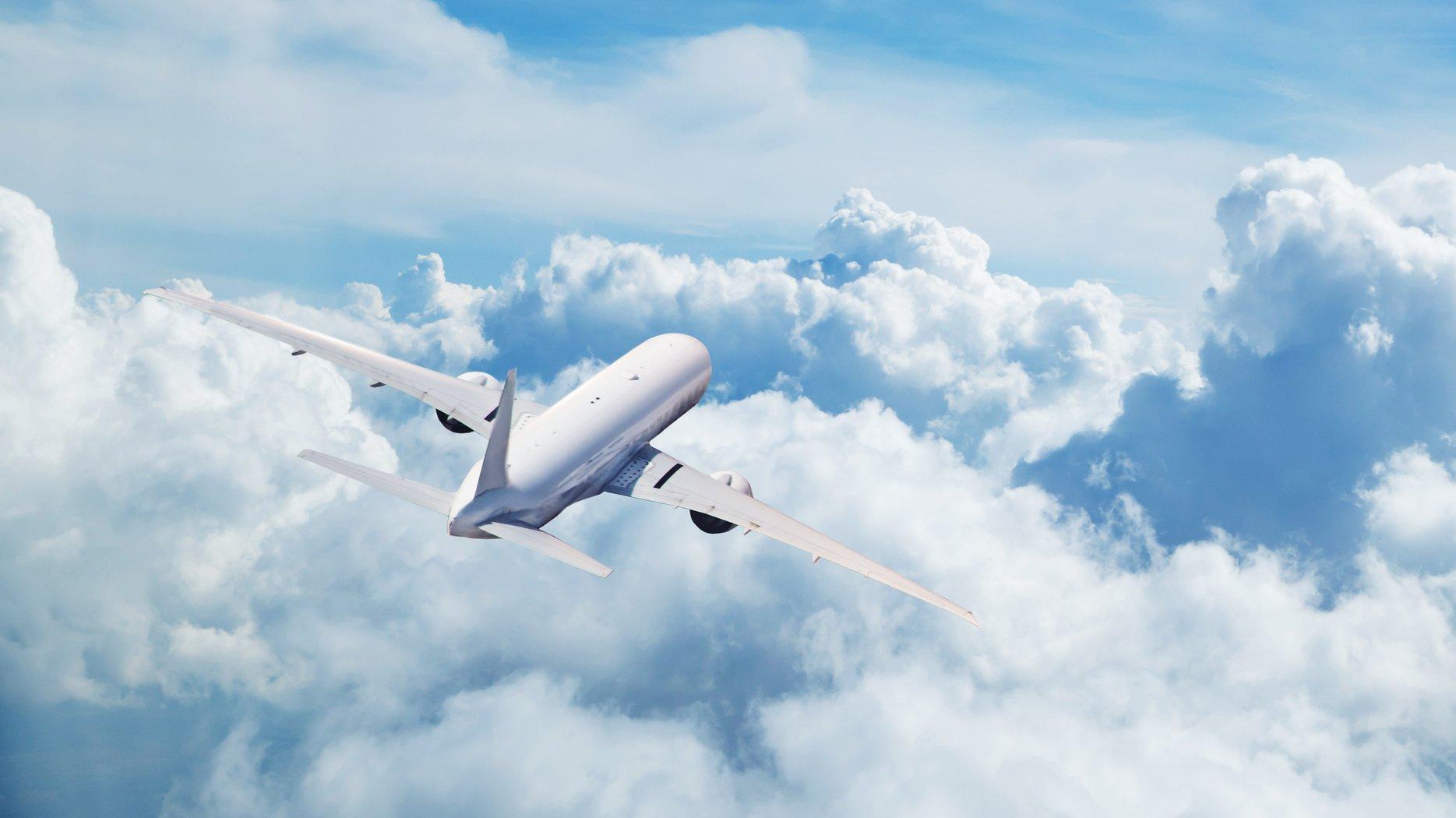 Ett flygplan ovan molnen.