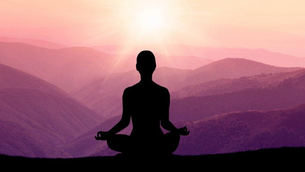 Många buddhister finner ro i meditation.