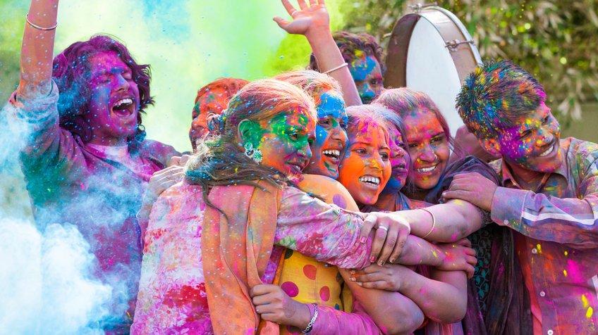 En grupp vänner firar en hinduisk högtid. Vad kan det vara för högtid?