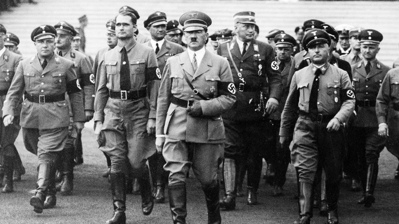 Ledande nazister anländer till de årliga partidagarna i Nürnberg 1935 med Adolf Hitler i täten.