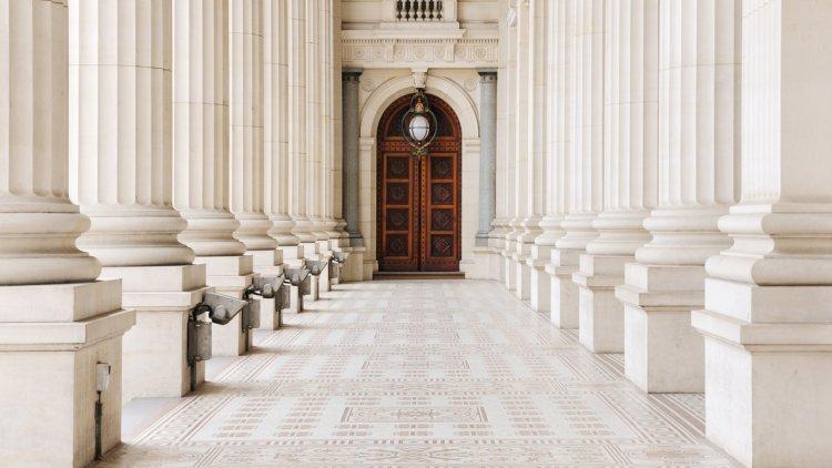 De byggnader där viktiga beslut fattas brukar kallas maktens korridorer.
