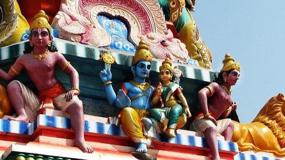 Inom hinduismen finns miljontals olika gudar. På bilden ser du de populära gudarna Vishnu och Lakshmi.