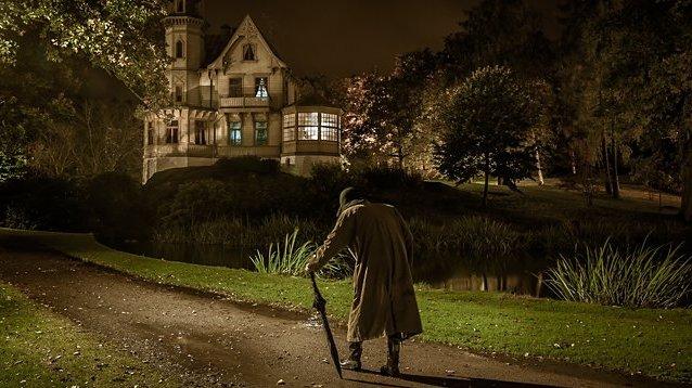 Det är mörkt. En figur går sakta mot det gamla huset. Får du kalla kårar?