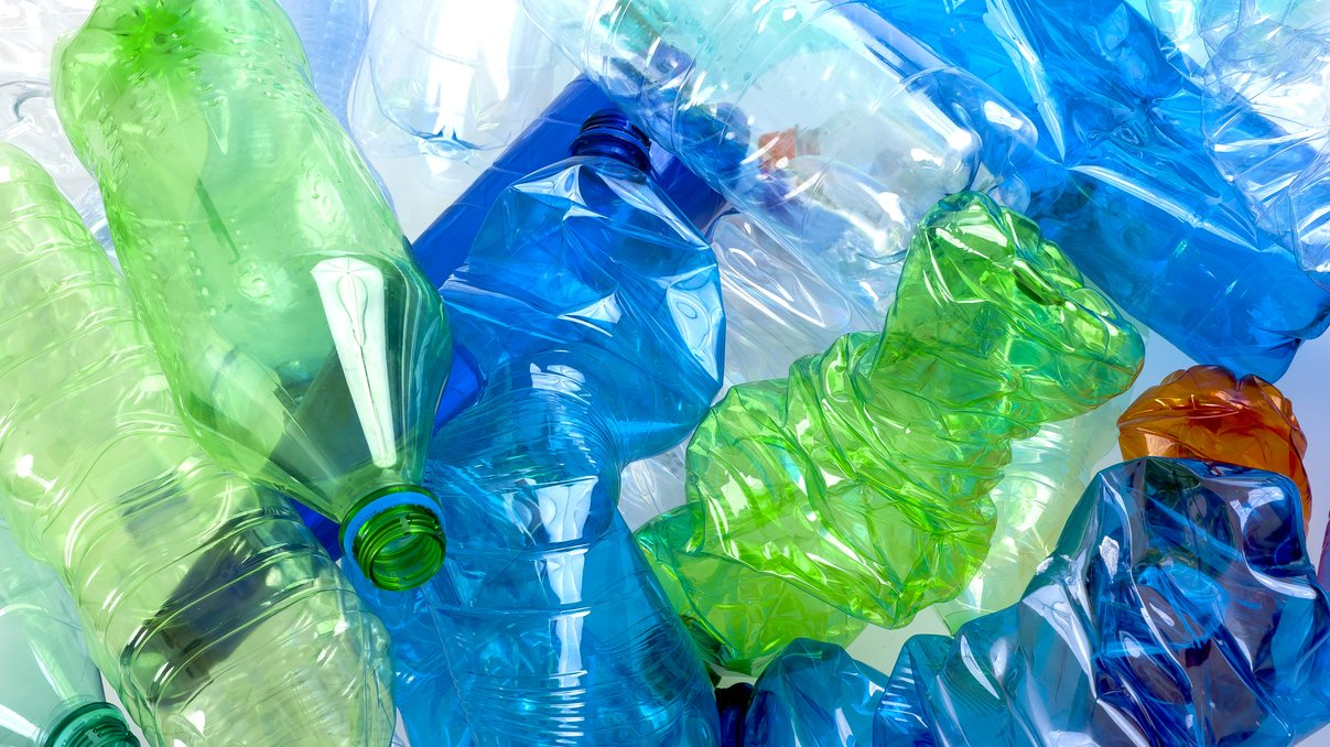 Plast tillverkas med hjälp av kemi.