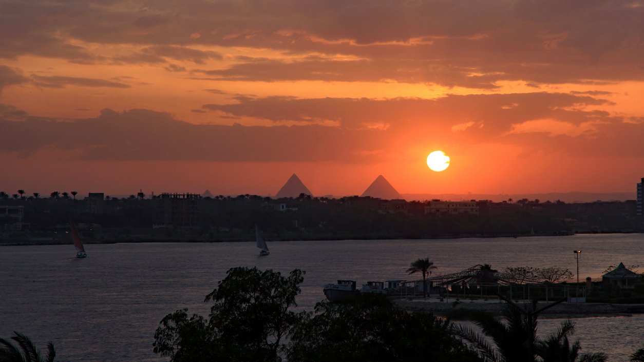 Vid solnedgången över Nilen syns pyramiderna vid Giza tydligt än i dag.