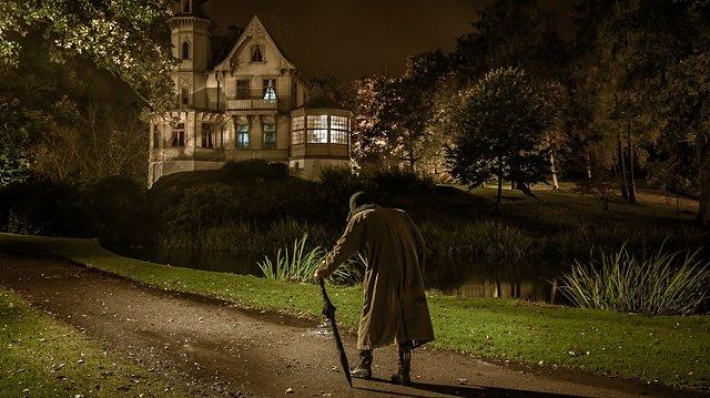 Mörker, ett gammalt hus och en främling som närmar sig med hasande steg. Här finns utrymme för kalla kårar.
