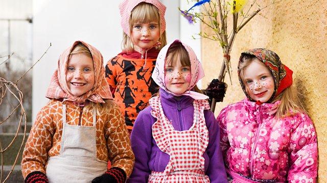 På påsken brukar barn klä ut sig till påskkärringar. De går från hus till  hus och ber om godis. 3813e67ccca52
