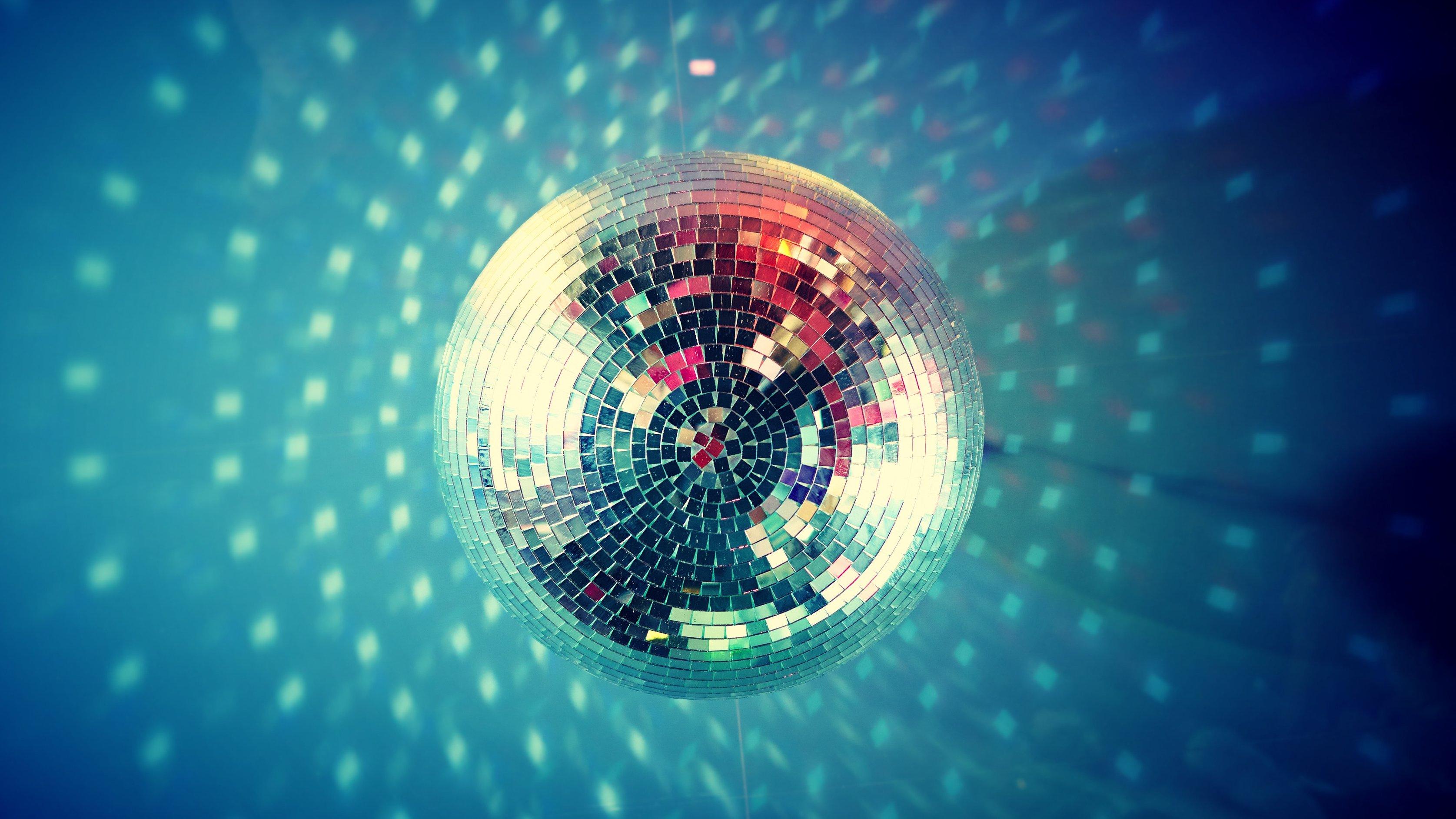 Ljuset från den snurrande diskokulan gör upplevelsen lite mer spännande.