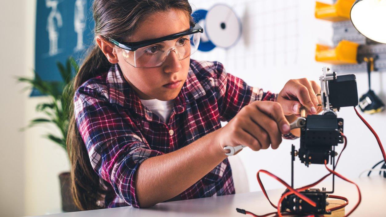 I robotverkstaden arbetar människor och robotar med att förbereda barn och ungdomar för framtiden.