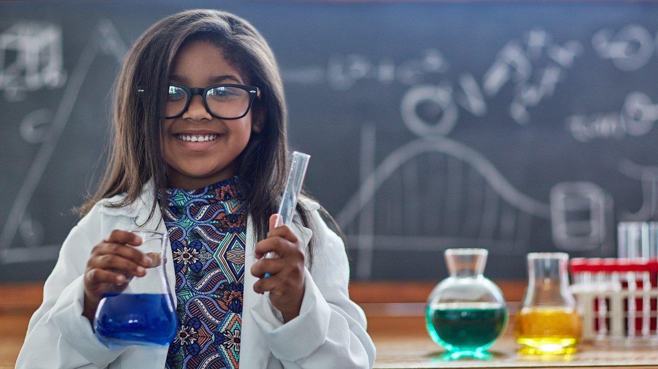Det är kul med kemi och hon på bilden verkar vara långt ifrån sur ...